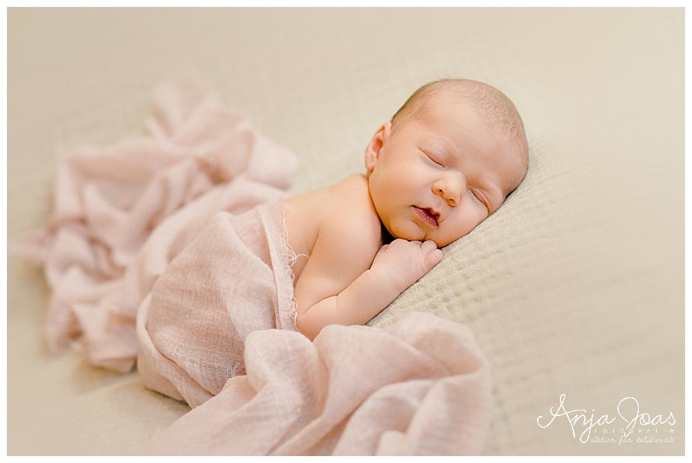 Neugeborenes Beschäftigen